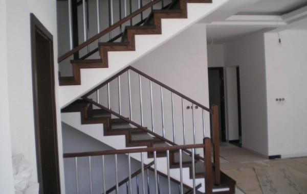 Schody dębowe na betonie z balustradą metalowo-drewnianą
