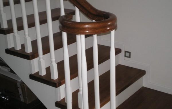 Schody drewniane z balustradą typu angielskiego