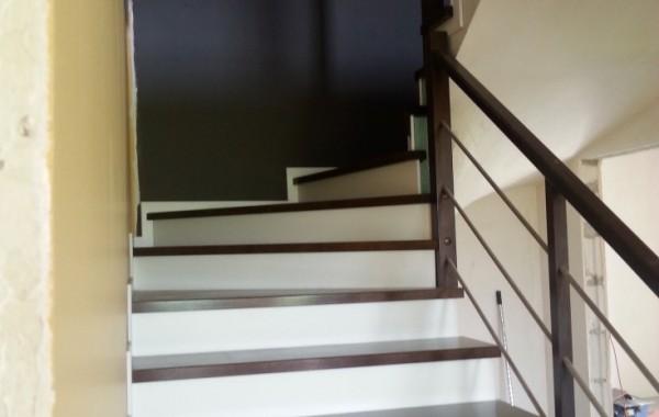 Schody dębowe – balustrada drewniano-metalowa